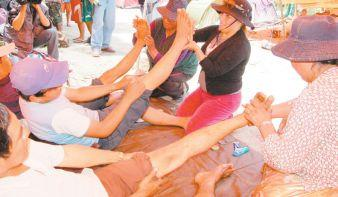 Police wives massaging TIPNIS marchers. Credit: La Razón.