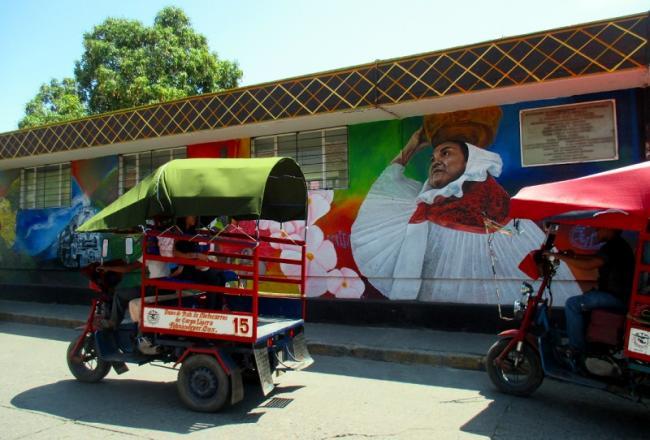 Un mural y moto-taxis en Santo Domingo Tehuantepec, Oaxaca, en el Istmo de Tehuantepec (Foto: Shannon Young).