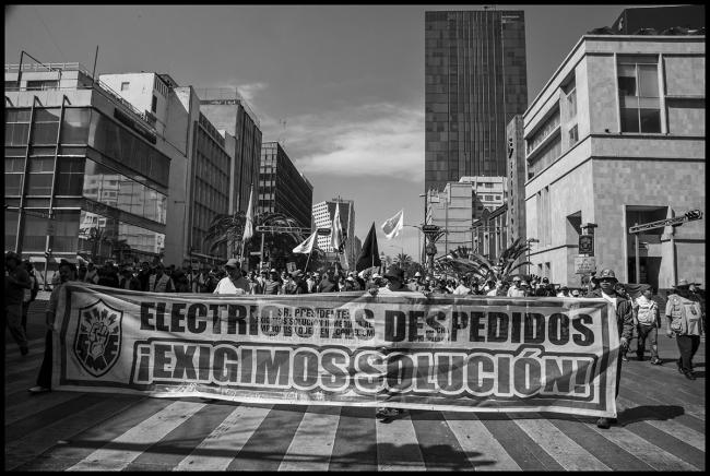 Electrical workers march for their jobs. (Photo by David Bacon)