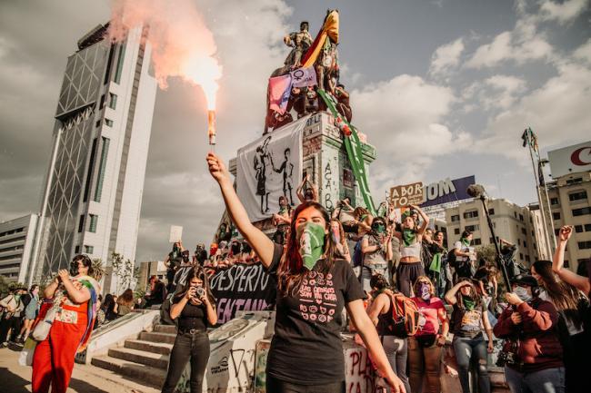 Manifestantes marchan contra la violencia de género con pañuelos verdes en Plaza de la Dignidad, Santiago, durante las protestas masivas en Chile en noviembre de 2019. (Karla Riveros / Wikimedia)