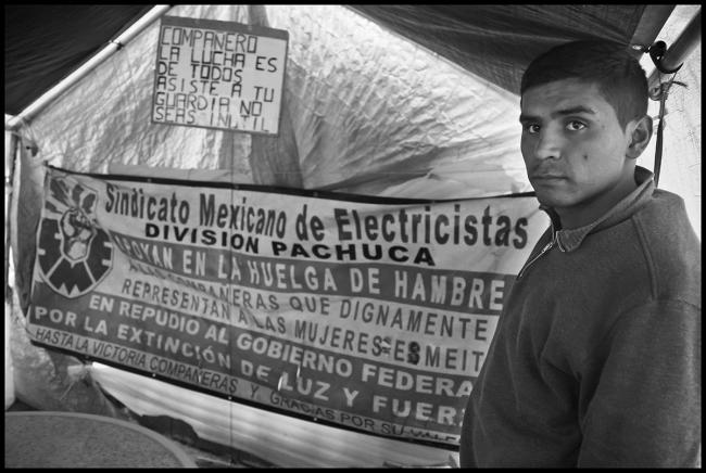 Leobardo Benítez Álvarez and other workers lived in a tent in front of the office of the Federal Electircity Commission on the Reforma in downtown Mexico City for a year to protest the firing 44,000 electrical workers and trying to smash their union. (Photo by David Bacon)