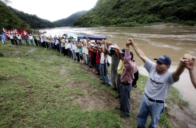Lenca protesters demonstrate at the site of the proposed Agua Zarca dam project in Honduras. Berta Cáceres was killed for her opposition to the project. (Edgard Garrido/ Earth First Journal)