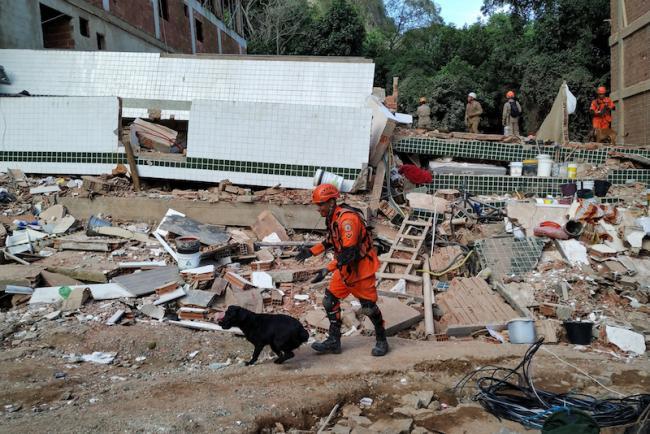 La escena en Muzema, Rio de Janeiro, después de que se colapsó un edificio en abril de 2019. (Foto por Claudia Martini/Flickr)