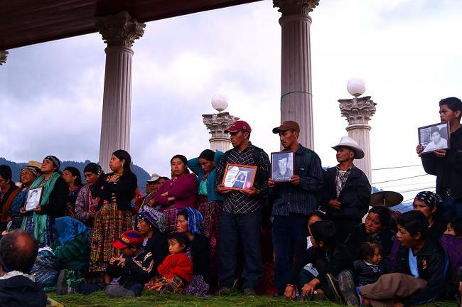 Gente se reune para el primer aniversario del 2012 Masacre de Totonicapan de manifestantes indígenas por el ejército y la policía. (Mariana Toscana, Alba Sud Fotografia, Flickr).