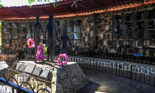 Monumento que conmemora la masacre de El Mozote. (Archbishop Romero Trust / Flickr)