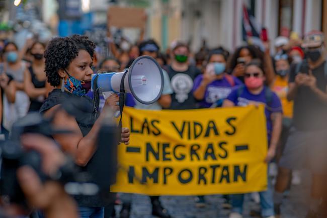 Dra Bárbara I. Abadía-Rexach habla durante una manifestación convocada en Viejo San Juan el 2 de junio 2020 para solidarizarse con el movimiento Black Lives Matter y denunciar el racismo antinegro en Puerto Rico. (Mikey Cordero)
