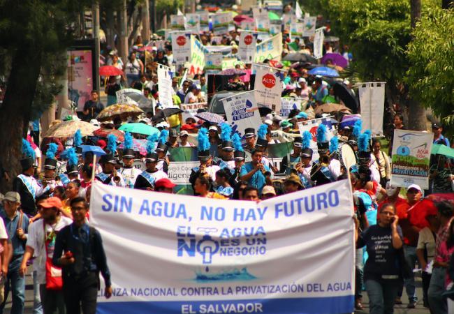 Manifestantes marchan contra la privatización del agua en San Salvador. (CISPES)