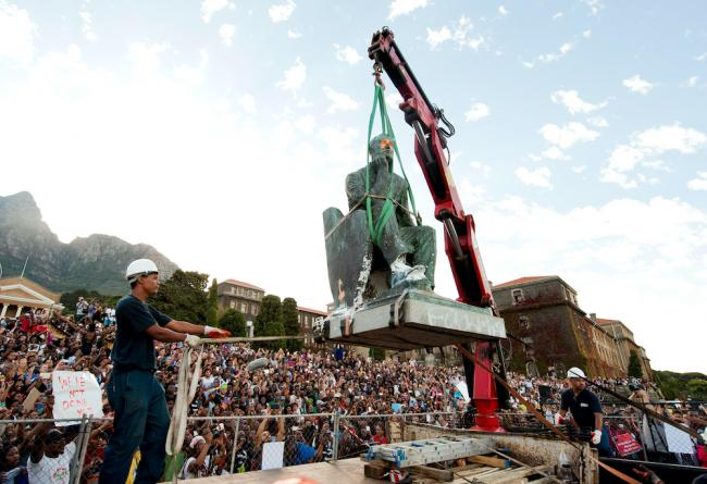 A statue of Cecil Rhodes is removed from the University of Cape Town, April 9, 2015. (Roger Sedres / Alamy Stock Photo)