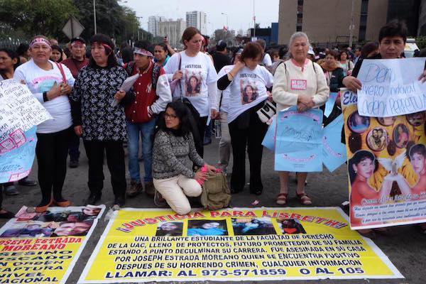 Manifestantes exigen justicia por la pérdida de sus hijas, hermanas, y amigas en una protesta de Ni Una Menos en Lima en agosto de 2016. (Foto por Natalia Iguiñiz)