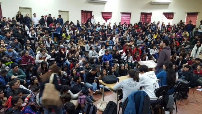 Students from one of the UNA's 12 faculties hold a general assembly. Photo: UNANoTeCalles