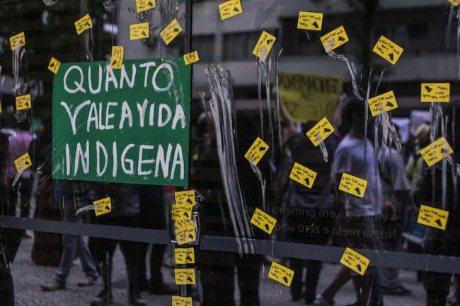 """""""Quanto vale a vida indigena?"""" na sede da companhia Vale em Rio de Janeiro (Mídia Ninja / Flickr)"""