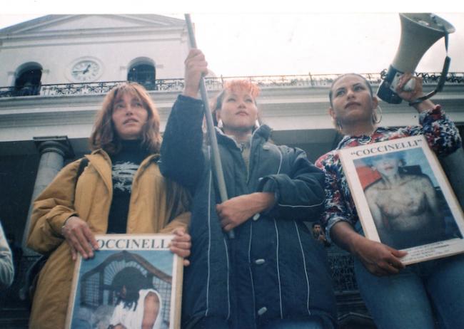 Plantón en la Plaza Grande de Quito (1999) por las represiones y persecusiones que continuaban a pesar de la despenalización de la homosexualidad. (Archivo Purita Pelayo)