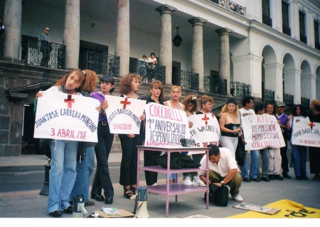 Plantón en la Plaza Grande de Quito (1999), por las represiones y persecusiones que continuaban a pesar de la despenalización de la homosexualidad. (Archivo Purita Pelayo)