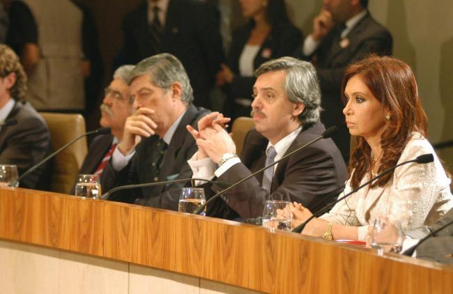 Cristina Kirchner se sienta al lado de Alberto Fernández durante su primer mandato. (Foto por Presidencia de la Nación / Flickr)