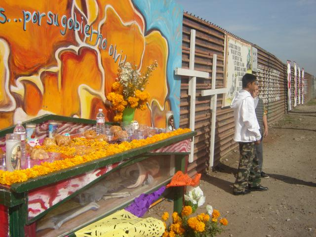 Altar for the dead on the U.S.-Mexico border wall (Pies Cansados / Creative Commons)