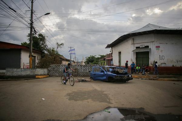 Diferentes barrios de Masaya han erigido barricadas frente a ataques constantes de policías antidisturbios y grupos de vigilantes vinculados al gobierno de Daniel Ortega. (Foto por Rafael Camacho)