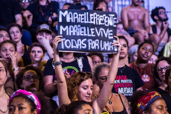 A march in memory of Councilwoman Marielle Franco, murdered on March 14, travels through the streets of downtown Rio de Janeiro. (Bernardo G./Flickr)