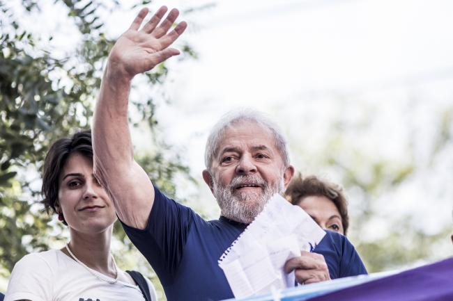 Lula waves to the crowd in São Bernardo do Campo during his final speech to supporters before turning himself in (Midia Ninja/Flickr)