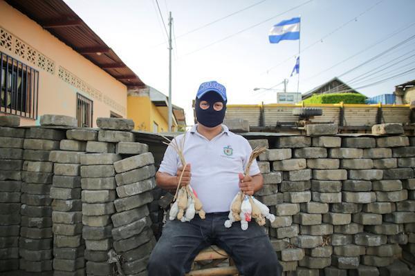Además de estudiantes, adultos mayores se han unido a las barricadas y grupos de autodefensa que bloquean la entrada de paramilitares y policía antidisturbios en la ciudad de Masaya, Nicaragua. (Foto por Rafael Camacho)