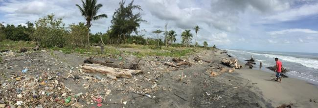 The sea gains ground on a garbage-strewn beach in Barra del Motagua, July 2018. (Photo by Colectivo Linea 84)