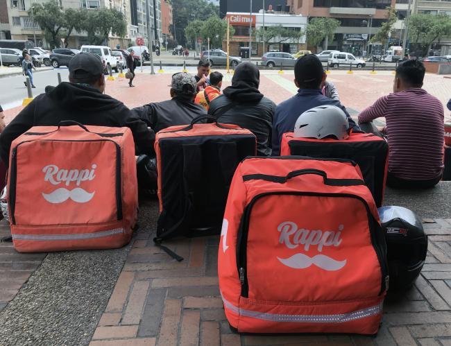 Repartidores de Rappi esperan trabajo en Bogotá, Colombia. (Photo by Carlos Felipe Pardo / Flickr)