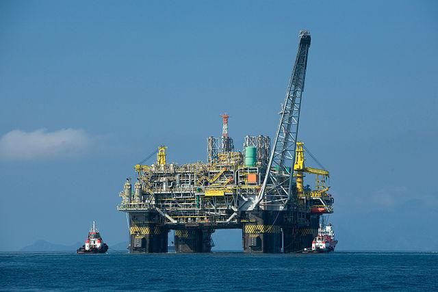 This oil platform off the coast of Brazil produces 180,000 barrels a day. (Wikimedia Commons/Agência Brasil)