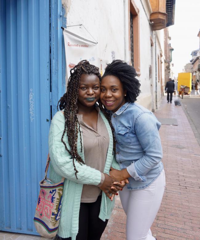 Anyela Perea (izquierda) y Glenda Palacios, miembras de la Colectiva Matamba en Bogotá (photo de Julia Zulver).