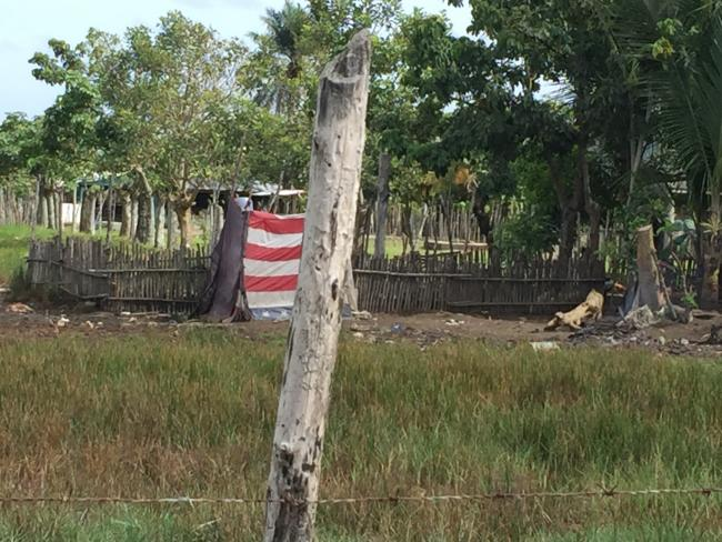 A U.S. flag hangs at a fence near the Honduras-Guatemala border, July 2018. (Photo by Colectivo Linea 84)