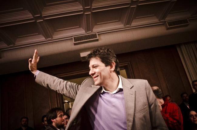 Fernando Haddad meets with activists and supporters about his campaign on July 20, 2012. (Circuito Fora do Eixo/Flickr)
