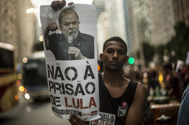 A man protests against the imprisonment of Lula in 2018. (Mídia NINJA/FLICKR)