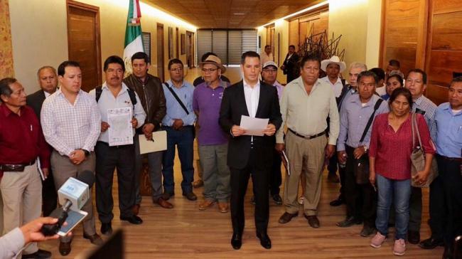 En 2019, el gobernador de Oaxaca, Alejandro Murat, se jactó de negociar un acuerdo entre Ayutla y Tama. Sin embargo, representantes de Auytla dicen que fue un acuerdo falso (Foto: Twitter de Alejandro Murat)