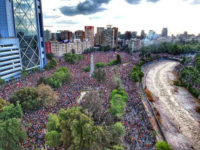 View of the protest of an estimated 1.2 million people in Santiago, October 25, 2019. (Hugo Morales/Wikimedia)
