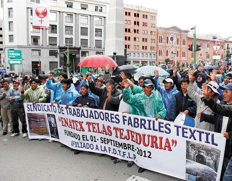 Textile workers celebrate founding of Enatex, 2012. (Photo by Miguel Carrasco, La Razón)