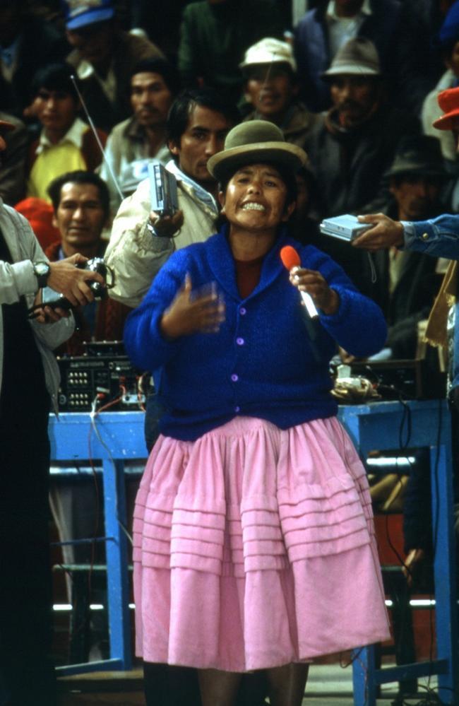 Bartolina Sisa Federation leader Sabina Choquetillja speaks at a CSUTCB Congress in Potosí, Bolivia on Nov 7, 1988. Photographers: Luis Oporto, Diego Pacheco, and Roberto Balza. (Courtesy of the Archivo Central del Museo Nacional de Etnografía y Folklore)