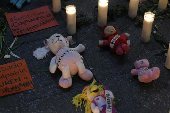 Toys, flowers, and candles pay homage to the 40 victims of the fire at Hogar Seguro (La Araña Feminista/ Twitter)