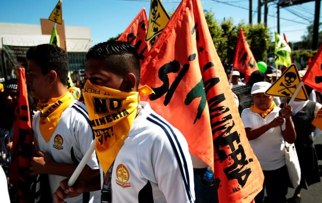 An anti-mining protest in San Salvador (Twitter/Ford Foundation)