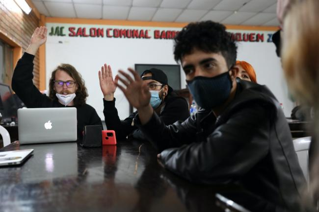 Neighbors and activists in Usaquén take a vote on demands related to national governance. (Christina Noriega)