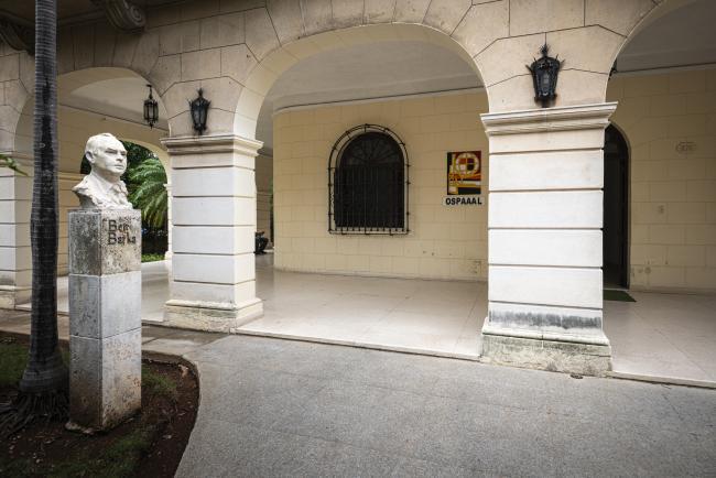 Entrada a la sede de la OSPAAAL. A la izquierda se encuentra un busto de Ben Barka, que fue colocado en enero de 2001, por el 35º aniversario de la Conferencia Tricontinental (junio de 2019). (Foto por Fernando Camacho Padilla)