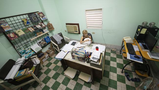 Eva Duménigo Sánchez, archivera y comercial de la Revista Tricontinental, en su oficina de trabajo (junio de 2019). (Foto por Fernando Camacho Padilla)