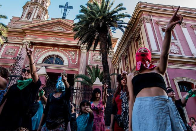 """Women perform """"A rapist in your path"""" in Santiago, Chile, on Dec. 1, 2019. The performance has gone viral in Chile and beyond. (Photo by Paulo Slachevsky/Flickr)"""