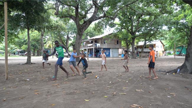 """Niños jugando en Crawfish Rock, Honduras, el sitio de una """"ciudad charter"""" o ZEDE. (Dassaev Aguilar)"""