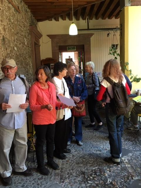 U.S. citizens lining up outside the Sala Quetzal in San Miguel de Allende on Super Tuesday (Photo by Sheila Croucher)