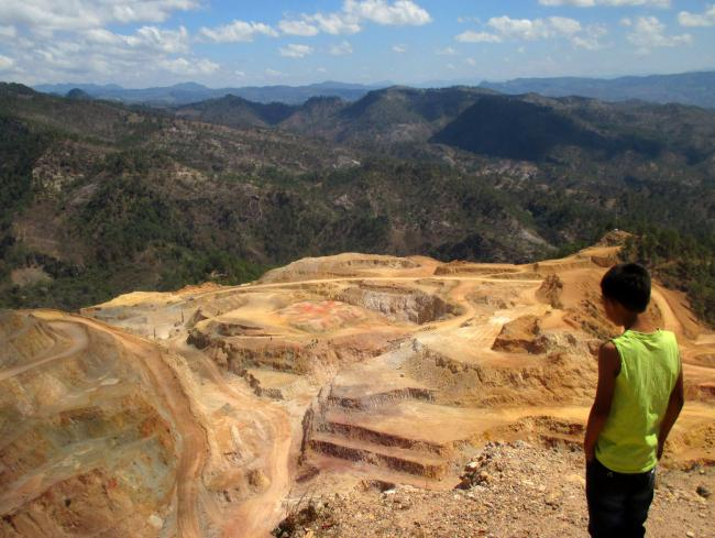 A child looks out over the San Andrés gold mine in western Honduras. (Photo by Sandra Cuffe)