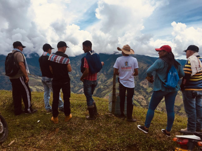 Briceño residents look out over the Cauca river (Photo by Alex Diamond)