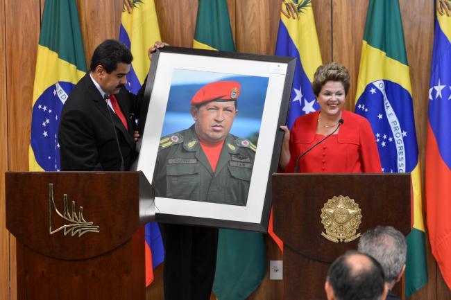 Venezuelan President Nicolás Maduro gives a photo of the late President Hugo Chávez to Brazilian President Dilma Rousseff. (AGENCIA BRAZIL / PUBLIC DOMAIN)