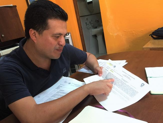 Noé Zalaveta sifts through documents from Freedom of Information Act (FOIA) Requests, at the offices of La Crónica de Xalapa, July 2016. (Photo by Patrick Timmons)