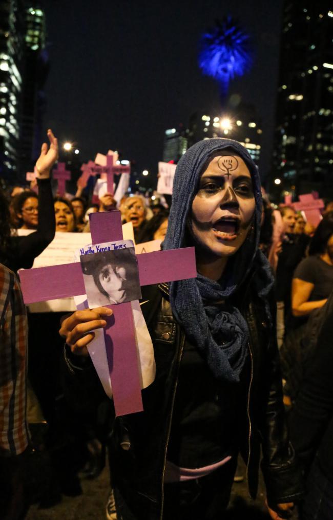 Feminists connect the Ayotzinapa massacre to widespread feminicide in Mexico City, November 2014. (Ina Riaskov / Producciones y Milagros Agrupación Feminista)