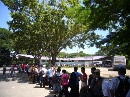 People line up at the Peñas Blancas border crossing between Nicaragua and Costa Rica. (Laboratorio Enmovimiento / Wikimedia Commons)