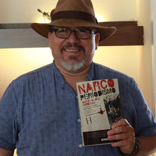Valdéz with his last book, Narcoperiodismo (Twitter)