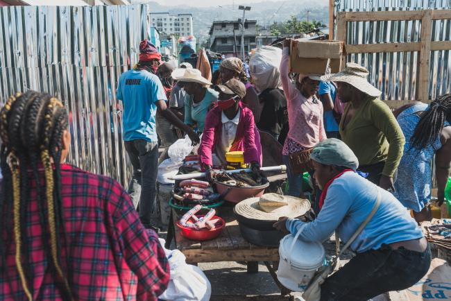 Street vendors rush to gather their wares before police reprisals in Petion-ville, an hour after the official closing time. (Photo by Réginald Junior Louissaint / K2D)